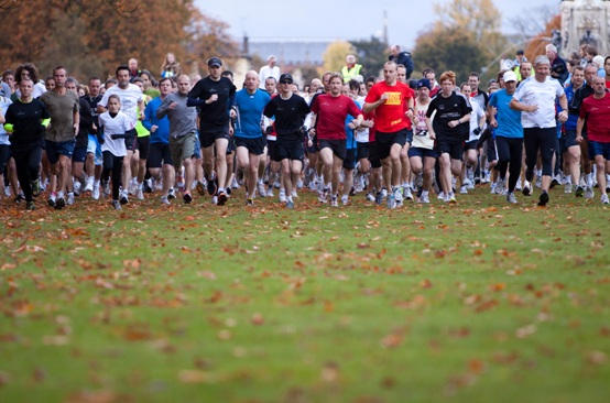 A large group of people starting a parkrun